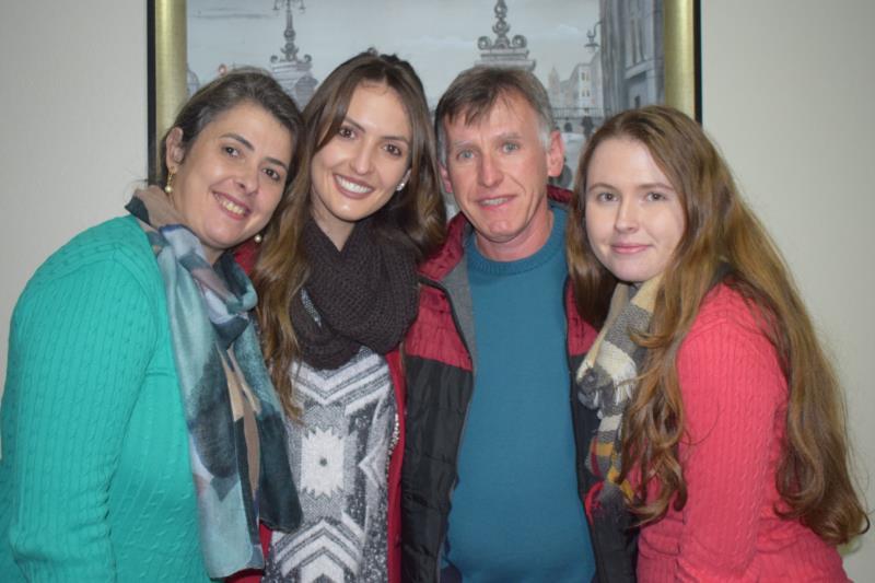 Franciele com os pais Nadir e Renato, e a irmã Ana