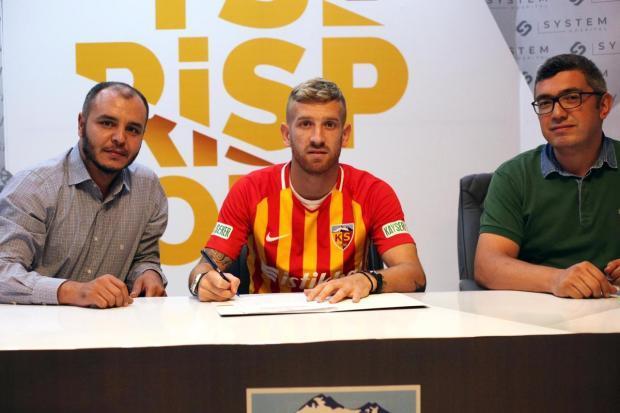 Santa-cruzense assinou contrato de três anos