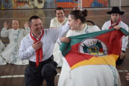 FOTOS: Em meio a um passo e outro, alunos da Apae se entregam à dança gaúcha