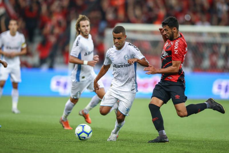 Com um jogador a menos, Tricolor acabou derrotado pelo time paranaense por 2 a 0