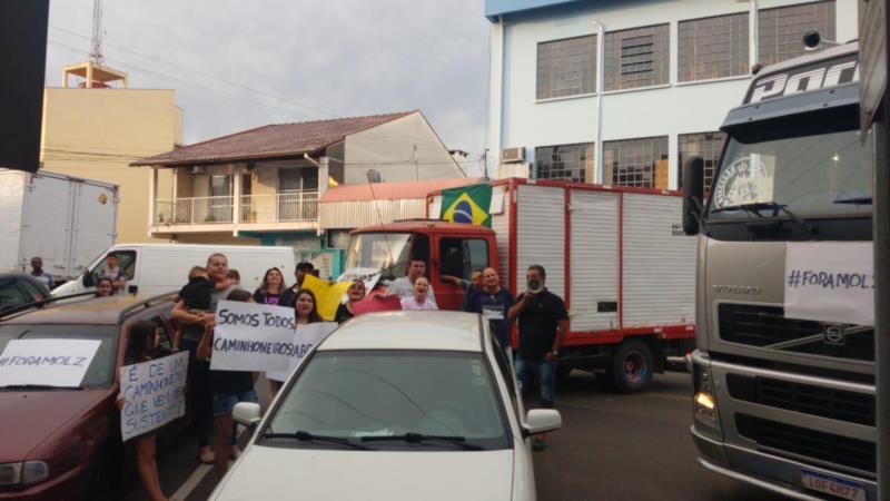 Caminhoneiros e famílias protestaram em frente a Câmara de Vereadores