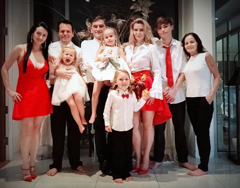 Carla e a irmã e suas famílias na comemoração de Natal