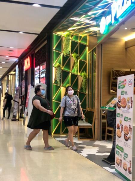 Em lugares públicos como shopping todos usam máscaras