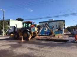 Rompimento de rede causa vazamento e deixa dois bairros sem água