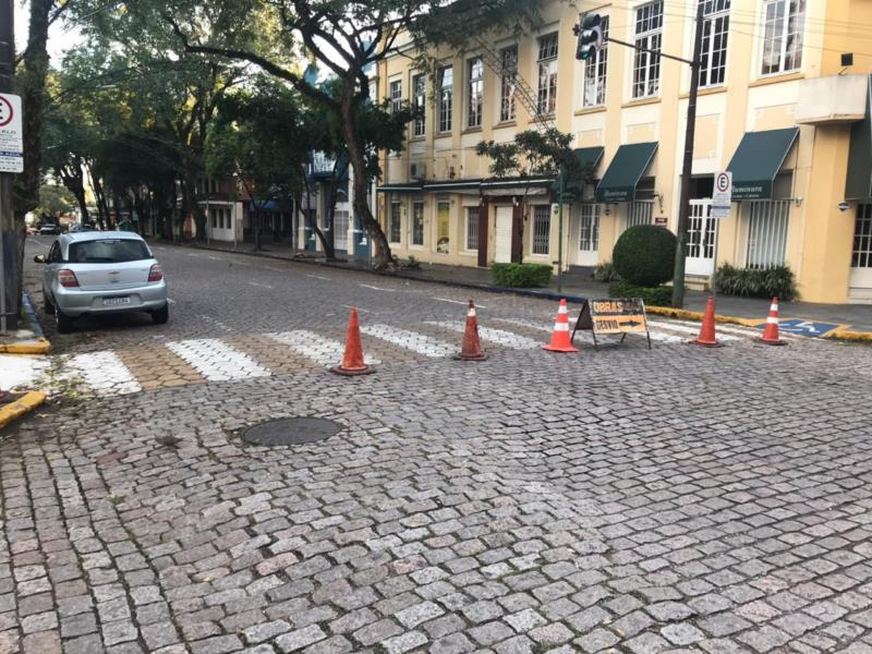 Conserto de vazamento de água bloqueia trânsito na Marechal Floriano