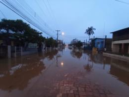 VÍDEO:  Rio Pardinho sai do leito e alaga ruas e pátios no Bairro Várzea
