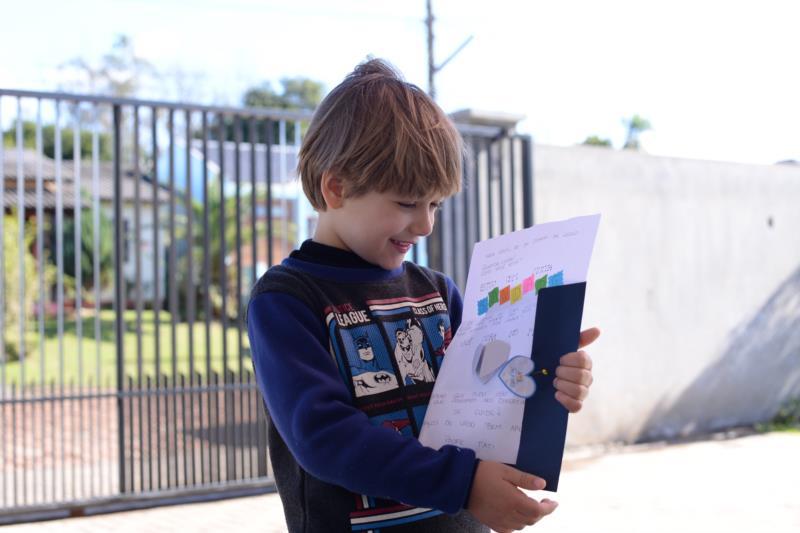 Lucas ficou radiante com a cartinha enviada pela professora