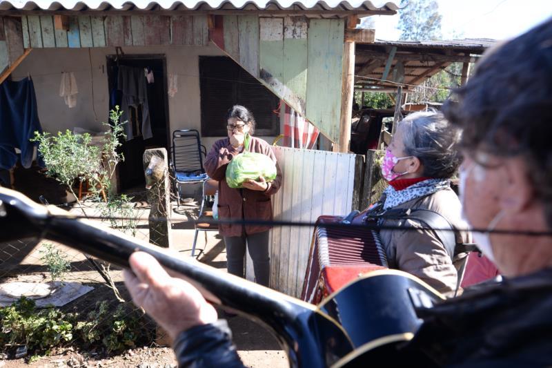 Na casa de dona Cenilda, em Rincão da Serra, músicos arrancaram sorrisos e lágrimas