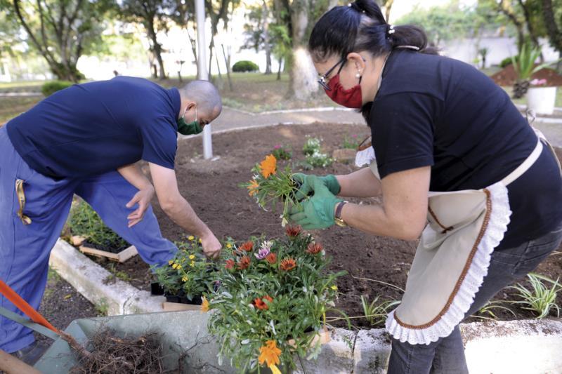 Servidores Fernando e Glegir trabalham a semana toda no plantio das mudas
