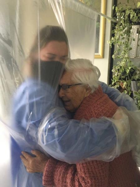 Aila e sua vó, Edith, num abraço emocionado