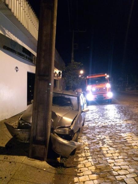 Carro colidiu em um poste