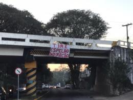 Faixa com mensagem de protesto de colorados é pendurada em ponto de Santa Cruz