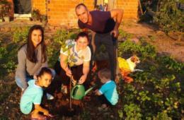 Escola de Vale do Sol distribui mudas de árvores às famílias
