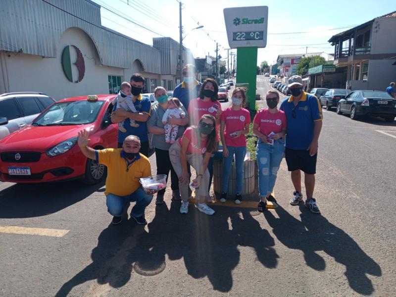 Equipes Rotary e Rotaract em campo entregando Balas e Bombons